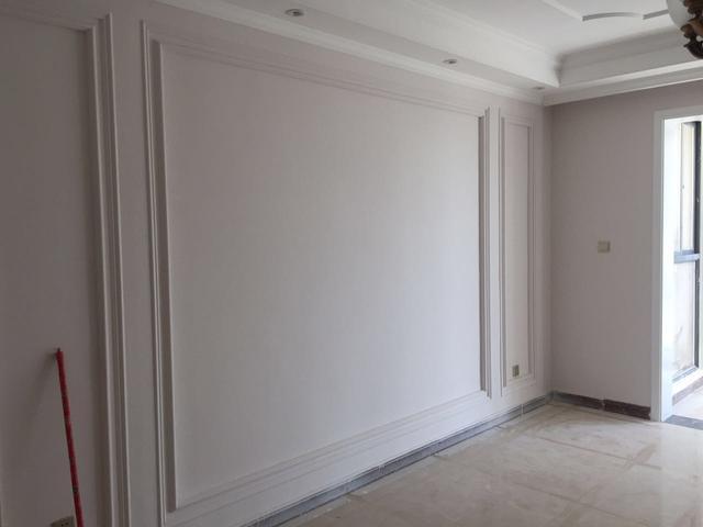 客厅沙发背景墙设计 看看沙发的背景墙也是打石膏线的,而且也能看得
