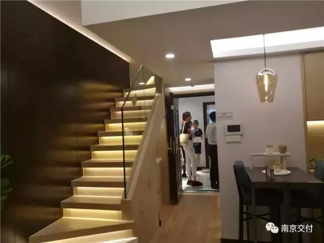 一楼全景 床和客厅(一楼) 厨房(一二楼都有) 卫生间(一二楼都有) 二